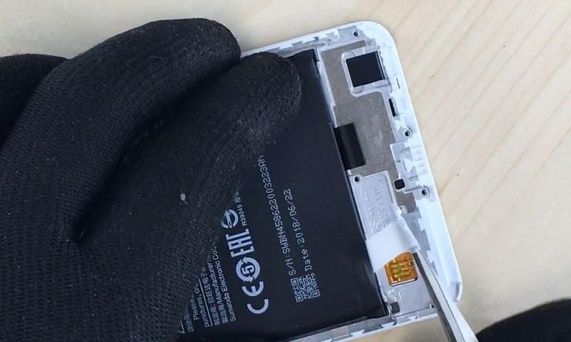 Desmontar la bateria del redmi note 5-2
